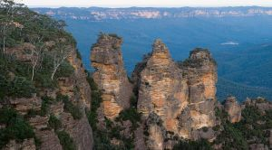 800px-Blue_mountains_-_three_sisters_WIKIPEDIA